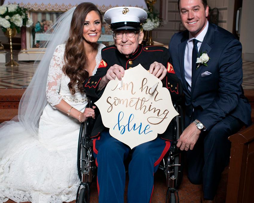 Pidió a su tío de 92 años que fuera su algo azul